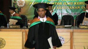 Sepus Marten, Putra Asli Papua Raih Doktor Dengan Predikat Cumlaude Universitas Gadjah Mada Papua - Viralnesia