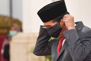 Presiden Joko Widodo memakai masker saat melantik Wakil Gubernur DKI Jakarta Ahmad Riza Patria di Istana Negara, Jakarta, Rabu (15/4/2020).