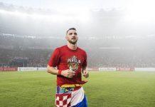 Penyerang Persija Marko Simic melelang medali pemenang Liga 1 2018 yang diraihnya bersama tim Ibu Kota tersebut.
