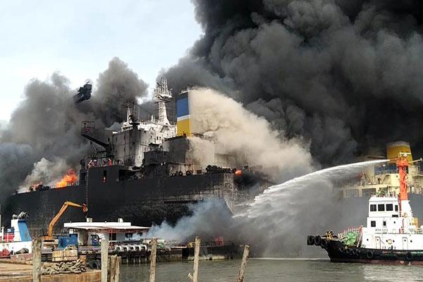 Kapal Tanker Terbakar di Belawan Medan Kapal Tanker Terbakar - Viralnesia