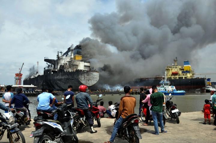 Kapal Tanker di Belawan Medan Terbakar