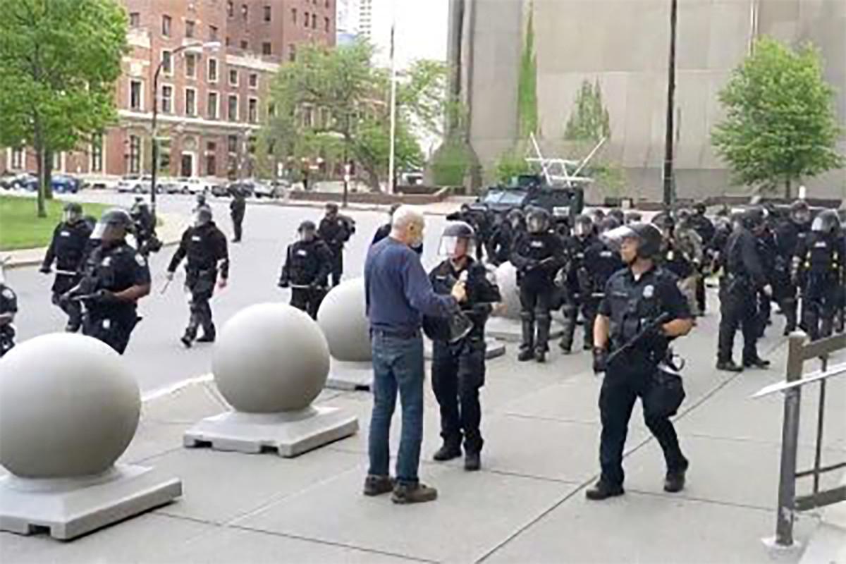 Seluruh Tim Tanggap Darurat Buffalo Mengundurkan Diri Dalam Solidaritas Dengan Polisi Yang Mendorong Orang Tua